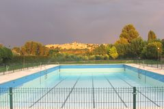 Pływacki basen z widokiem przy Toledo z ciemnym niebem, Hiszpania Zdjęcia Stock