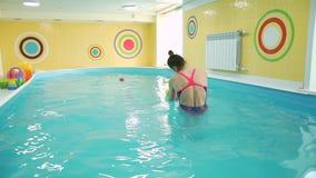 Pływacki instruktor i dziecko w basenie zdjęcie wideo