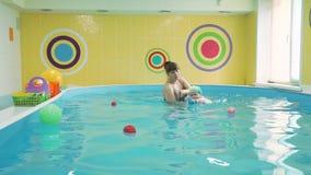 Pływacki instruktor Uczy dziecka pływanie zbiory