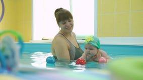 Pływacki instruktor z Ślicznym dzieckiem w basenie zbiory