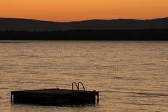Pływacki pławik i jezioro w Vermont przy zmierzchem zdjęcie royalty free