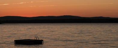 Pływacki pławik i jezioro w Vermont przy zmierzchem obraz stock