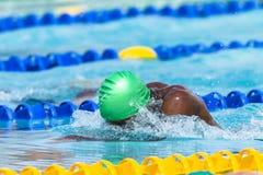 Pływacki pływaczki głowy nakrętki pas ruchu Zdjęcia Stock