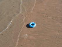Pływacki pierścionek na plaży Obraz Royalty Free