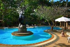 Pływacki polityk, tropikalne rośliny w ziemiach hotel, plaża i drzewa, Phra Ae plaża, Ko Lanta, Tajlandia Zdjęcia Royalty Free