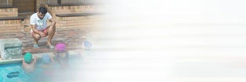 Pływacki trener z dziećmi w Pływackim basenie z przemianą Obrazy Stock