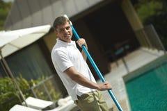 Pływackiego basenu cleaner, fachowa cleaning usługa przy pracą Zdjęcie Stock