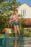 Pływackiego basenu cleaner przy pracą Obrazy Royalty Free
