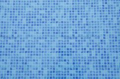 Pływackiego basenu dno Zamyka w górę widoku błękitne mozaik płytki w basenie Błękitna abstrakcjonistyczna ceramiczna płytka obraz royalty free
