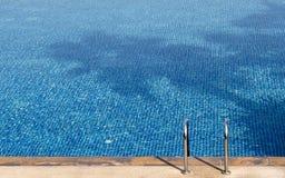 Pływackiego basenu drabina błękitny basen Zdjęcia Royalty Free