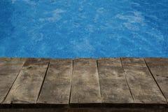 Pływackiego basenu i drewna pokład zdjęcia royalty free