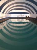 Pływackiego basenu paskujący dachowy odbicie obraz royalty free