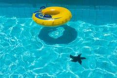 Pływackiego basenu woda z żółtym spławowym pierścionkiem Obraz Stock