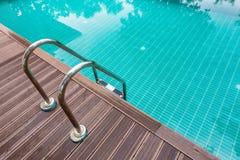 Pływackiego basenu woda z schodową i drewnianą podłoga Zdjęcia Royalty Free