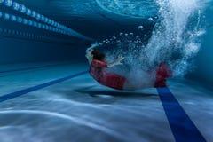 Pływaczka nurkuje pod wodą Zdjęcia Royalty Free