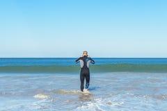 Pływaczka przygotowywająca iść pływać Zdjęcie Royalty Free