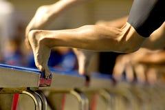 Pływaczka skacze w wodę fotografia stock