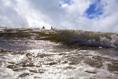 Pływaczki cieszą się denne fala Zdjęcia Stock