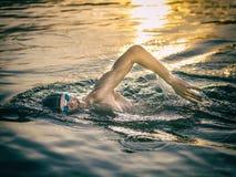 Pływaczki oddychanie podczas dopłynięcie kraula fotografia royalty free