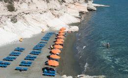 Pływaczki przy Kavernos zatoki plażą Limassol, Cypr Zdjęcie Royalty Free