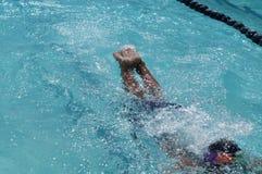 Pływaczki ` s cieki wyłaniają się od nawadniają powierzchnię gdy pływa podczas rygorystycznego szkolenia dla nadchodzącego roczne obraz stock