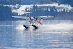 Pływakowy samolot ląduje w Saanich wpuscie w zimie obrazy royalty free