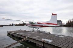 Pływakowy samolot na jeziorze Zdjęcie Stock