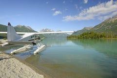 Pływakowy samolot na Pustkowie jeziorze fotografia stock
