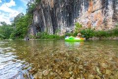 Pływakowy wycieczka puszek Aktualna rzeka zdjęcie royalty free
