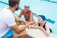 Pływania powozowy pokazuje stopwatch starsza para obrazy stock
