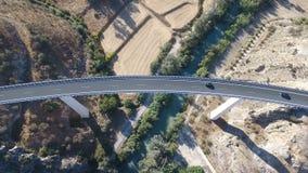 1080p антенна, полет над деревней автодорожного моста и вниз реки и садами оливки, Андалусией, Испанией Строки Staright прованско сток-видео