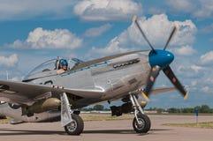 P-51 мустанг Сьерра Сью II поворачивает дальше Taxiway Стоковые Фотографии RF