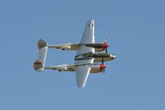 P-38 vliegend tegen Blauwe Hemel Royalty-vrije Stock Afbeelding