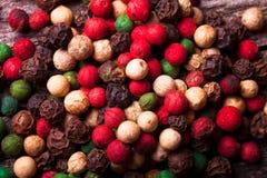 胡椒辣椒,红辣椒,黑胡椒,白色p混合物  库存图片