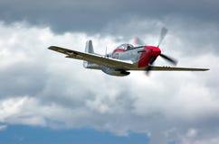 P-51 debajo de las nubes Foto de archivo libre de regalías