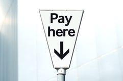 Płaci i pokaz, wynagrodzenia Tutaj carpark znak Fotografia Royalty Free