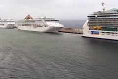 P&O Oceana cruiseschip dat in Civitavecchia wordt gedokt Royalty-vrije Stock Foto's