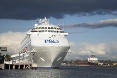 P & van O cruse schip dat in Brisbane met onweer wordt gedokt Stock Foto's