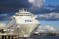 P & van O cruse schip dat in Brisbane wordt gedokt Royalty-vrije Stock Foto's