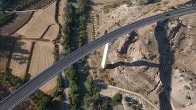 1080p antenna, volo sopra un villaggio del fiume giù e del ponte stradale ed i frutteti dell'oliva, Andalusia, Spagna File di Sta stock footage