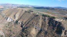 1080p antenne, Vlucht over een wegbrug en beneden van de rivierdorp en olijf boomgaarden, Andalucia, Spanje Starightrijen van oli stock footage