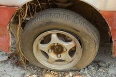 Płaska opona na samochodowym kole Obrazy Stock