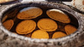 Płaski chleb w glinianym piekarniku obraz stock