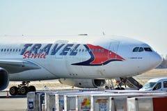 Płaski kreskowy Travel Service przy lotniskiem w Warszawa zdjęcie stock