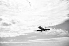 Płaski latanie na chmurnego nieba tle w Philipsburg, Sint Maart Zdjęcia Royalty Free