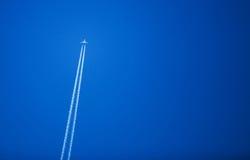 Płaski latanie W niebieskiego nieba tle Zdjęcie Stock