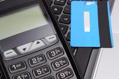 Płatniczy terminal i kredytowa karta na laptop klawiaturze Obrazy Royalty Free