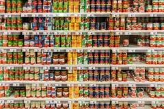 På burk mat i supermarket Royaltyfri Fotografi