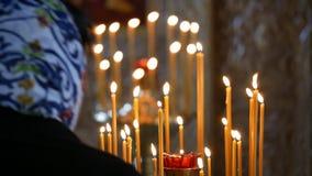 P?on?ce wosk ?wieczki na candlestick w Ortodoksalnym ko?ci?? zdjęcie wideo