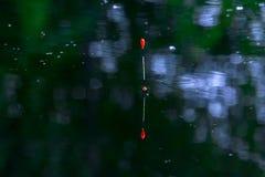 P?che du flotteur sur l'eau P?che sur le lac Repos sur la rivi?re Pêche pour la vitesse de flotteur Attirail de p?che ? la ligne  images stock
